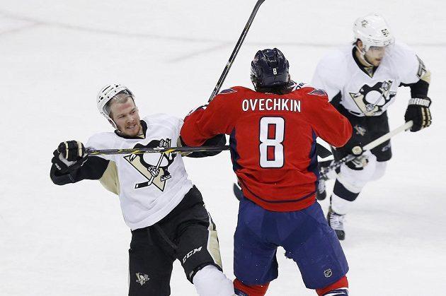 Kapitán Washingtonu Alex Ovečkin v souboji se Zachem Sillem (38) z Pittsburghu.