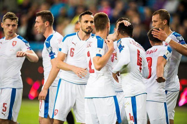 Čeští fotbalisté se radují z branky Thea Gebre Selassieho (4) proti Norsku.