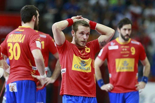 Zklamaní Španělé po semifinálové porážce s Francií. Uprostřed je Víctor Tomás.
