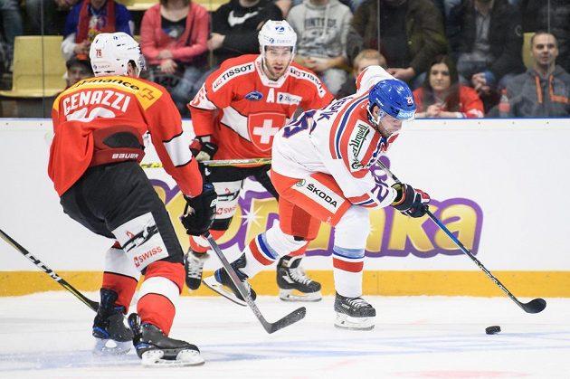 Michal Řepík kličkuje mezi švýcarskými hráči.