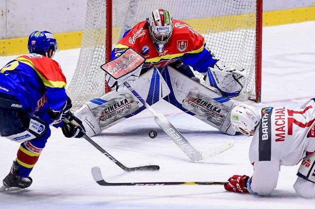 Budějovický brankář Petr Kváča zasahuje v utkání baráže o hokejovou extraligu.