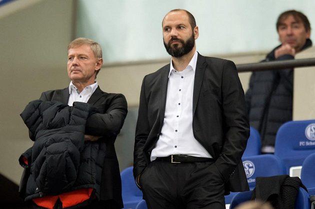 Trenér Zdeněk Ščasný (vlevo) a šéf sparťasnkého skautingu Tomáš Požár sledují utkání Evropské ligy na hřišti Schalke.