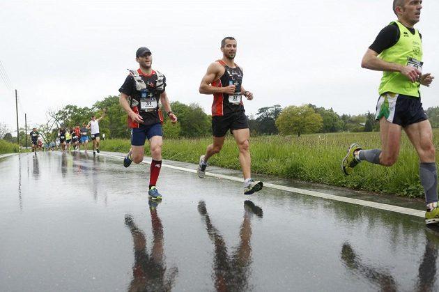 Ženevský maratón - bůh počasí nebyl běžcům zrovna příznivě nakloněn.
