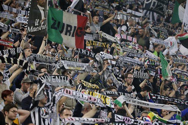 Fanoušci Juventusu v během utkání semifinále Ligy mistrů proti Realu.
