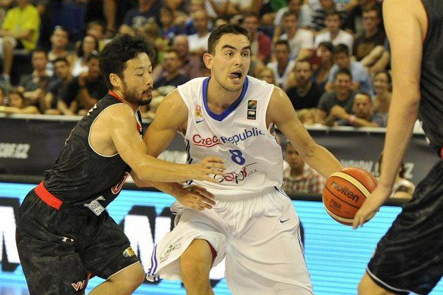 Japonský basketbalista Juta Tabuse (vlevo) se snaží vypíchnout míč Tomáši Satoranskému.