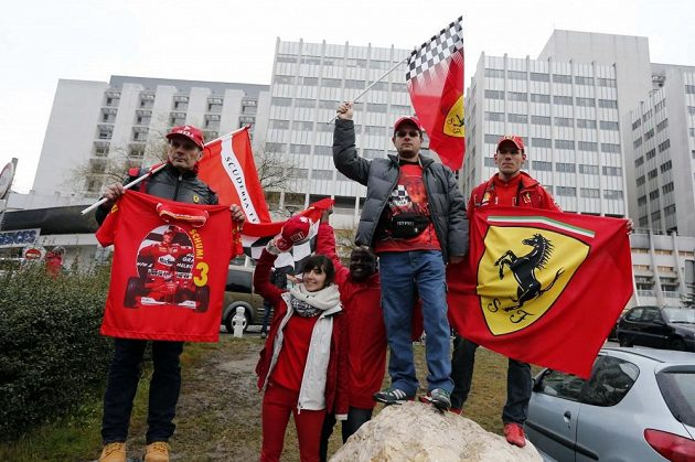 Popřát Schumimu k narozeninám přišla před nemocnici i skupina fanoušků.