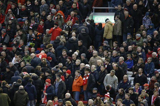 Liverpoolští fanoušci předčasně opouštějí Anfield Road.