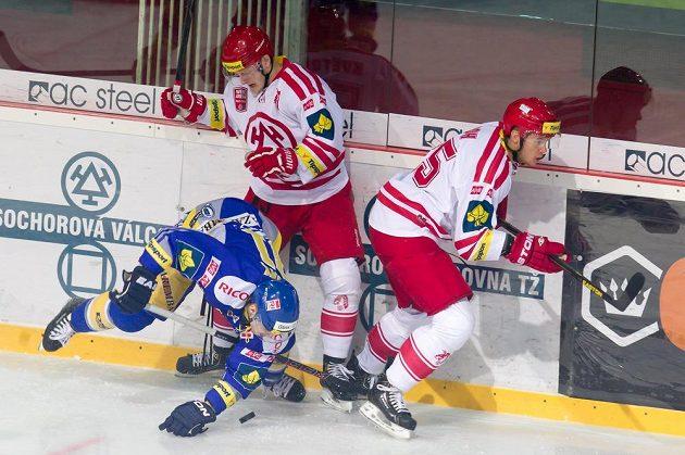 Zlínský hokejista Oldřich Horák (vlevo) a třinečtí hráči David Květoň a Vladimír Roth.