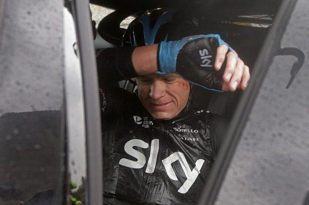 Froome usedá do týmového vozu stáje Sky. Letošní Tour pro obhájce prvenství skončila.