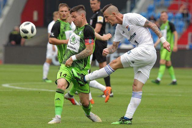 Tomáš Přikryl z Mladé Boleslavi se snažil neúspěšně zablokovat míč při střele Jiřího Fleišmana z Baníku Ostrava v kvalifikačním utkání o Evropskou ligu.