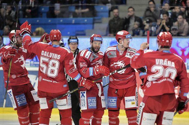 Hráči Třince se radují z prvního gólu. Zleva David Musil, Guntis Galvinš, Martin Růžička, autor branky Aron Chmielewski a Petr Vrána.