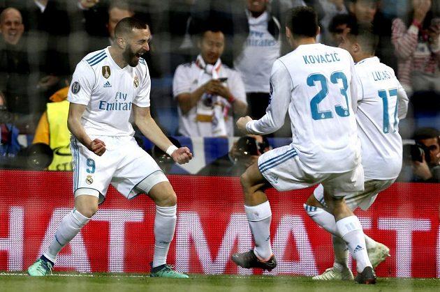 Fotbalisté Realu (zleva) Karim Benzema, Mateo Kovacic a Lucas Vazquez se radují ze druhého gólu proti Bayernu.