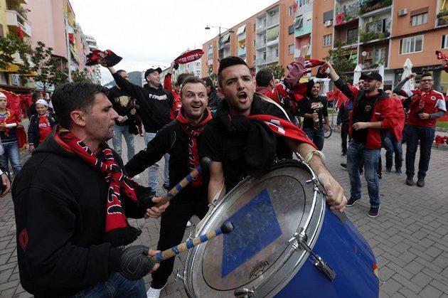 Albánští fanoušci v Elbasanu před pokačováním kvalifikace ME se Srby.
