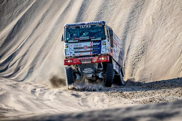 Tatra Martina Kolomého tvrdě dosedá po sjezdu příkré duny.