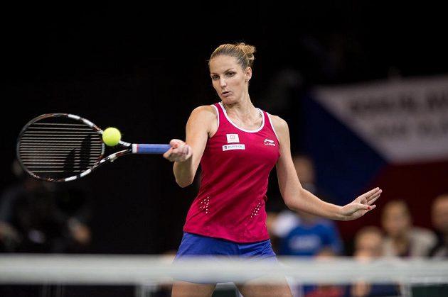 Česká tenistka Karolína Plíšková při forhendu ve čtvrtém utkání finále Fed Cupu.