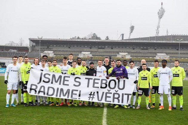 Fotbalisté Sparty Praha a Ústí nad Labem a jejich podpora vážně nemocnému brankáři Radimu Novákovi.