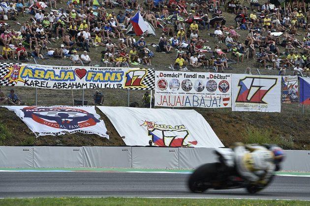 Fanoušci dělali, co mohli. Při Velké ceně České republiky se však v MotoGP český závodník Karel Abraham mezi elitní patnáctku nevešel.