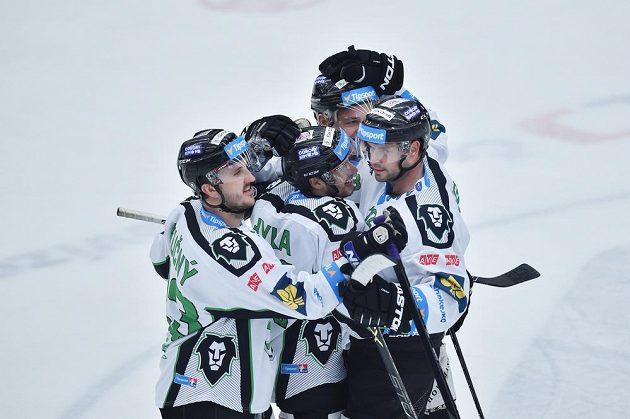 Hráči Mladé Boleslavi se radují z pátého gólu proti Plzni.