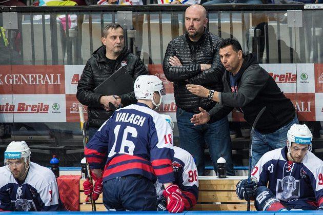 Trenér Chomutova Vladimír Růžička udílí pokyny Juraji Valachovi během utkání na Spartě.