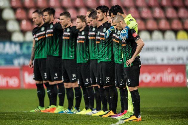 Fotbalisté Příbrami během minuty ticha za Františka Rajtorala před utkáním se Spartou.