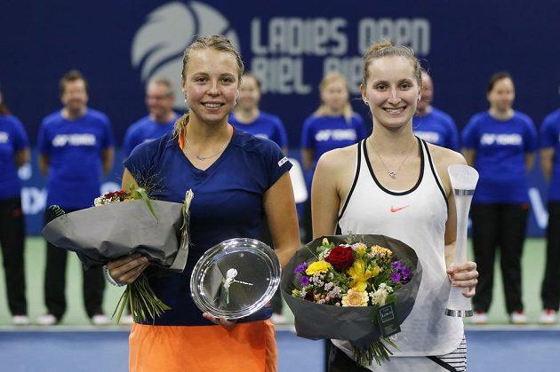 Markéta Vondroušová (vpravo) a Estonka Anett Kontaveitová po vzájemné zápase ve finále turnaje v Bielu.