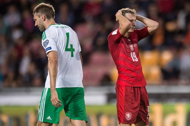 Český záložník Ladislav Krejčí lituje nerozhodného stavu po zápase se Severním Irskem.