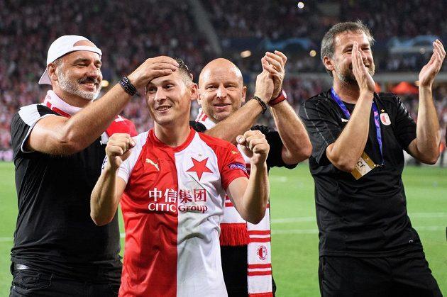 Trenér Slavie Praha Jindřich Trpišovský, Jan Bořil a Zdeněk Houštecký během oslav