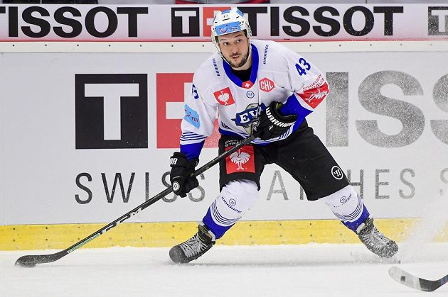 Český hokejista Jan Kovář ze Zugu.