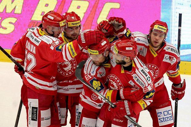 Radost třineckých hokejistů z vyrovnávacího gólu Jiřího Polanského (třetí zprava).