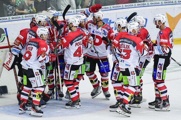 Hráči Pardubic oslavují výhru na ledě Mladé Boleslavi.