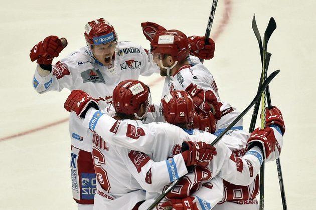 Hráči Třince se radují z gólu Rostislava Martynka proti Vítkovicím.