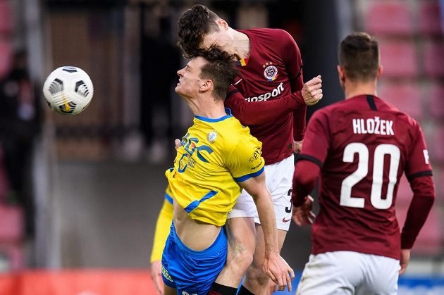 Ladislav Krejčí ze Sparty Praha dává hlavou gól.