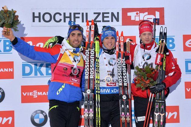 Tři nejlepší biatlonisté ze sprintu SP v Hochfilzenu: (zleva) stříbrný Francouz Martin Fourcade, vítěz Simon Schempp z Německa a bronzový Nor Tarjei Bö.