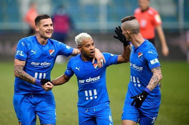 Fotbalisté Baníku Ostrava Roman Potočný, Dyjan Carlos De Azevedo a Jiří Fleišman oslavují gól.