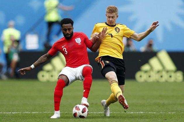 Angličan Danny Rose (vlevo) si kryje míč před Kevinem De Bruynem z Belgie.