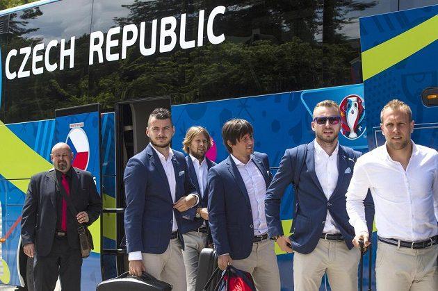 Čeští fotbalisté po příjezdu k hotelu.