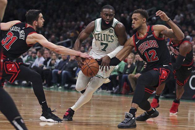 Rozehrávač Bulls Tomáš Satoranský brání soupeře v utkání NBA.