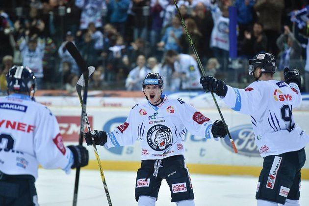 Liberecký útočník Jan Ordoš (uprostřed) slaví se spoluhráči gól proti Hradci Králové v zápase 22. kola hokejové Tipsport extraligy.