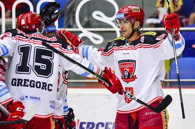 Střelec Bedřich Köhler (vpravo) oslavuje se spoluhráči z Hradce svůj gól.