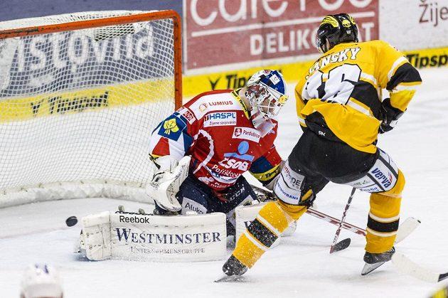 Útočník Litvínova Peter Janský střílí třetí gól hostí, pardubický brankář Karel Vejmelka už zasáhnout nestačil.