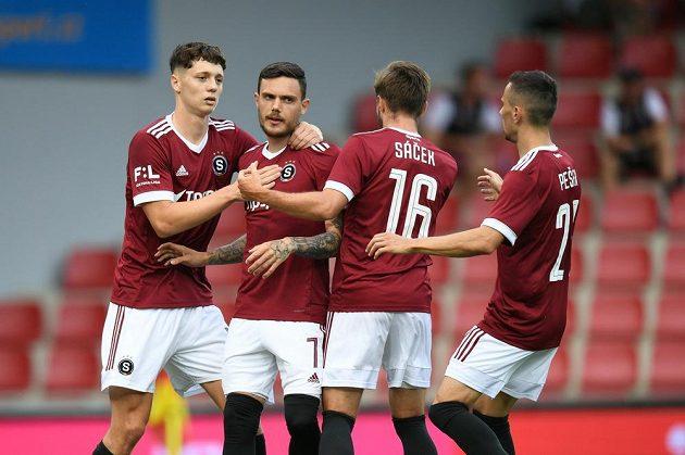 Fotbalisté Sparty slaví vyrovnávací gól v duelu se Sigmou Olomouc, penaltu proměnil Karlsson.