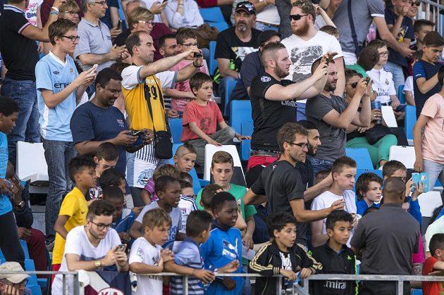Čeští fotbalisté poprvé trénovali v dějišti mistrovství Evropy, příprava Vrbova týmu místní fanoušky zajímala.