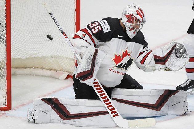 Kanadský brankář Darcy Kuemper inkasuje druhý gól v zápase o zlato s Finskem.