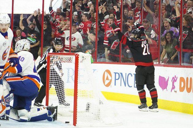 Finský útočník Caroliny Sebastian Aho (vpravo) oslavuje svůj gól do sítě NY Islanders ve čtvrtém utkání 2. kola play off NHL.