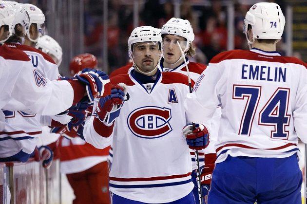 Hokejista Montrealu Tomáš Plekanec se raduje se spoluhráči z gólu proti Detroitu.