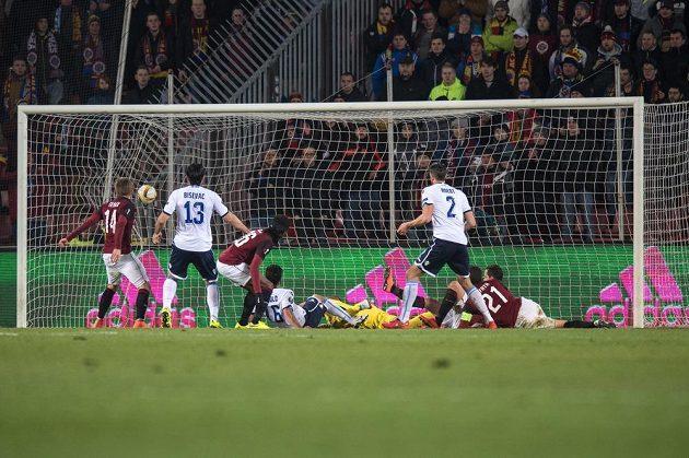 Záložník Lazia Marco Parolo vyrovnává proti Spartě na 1:1.