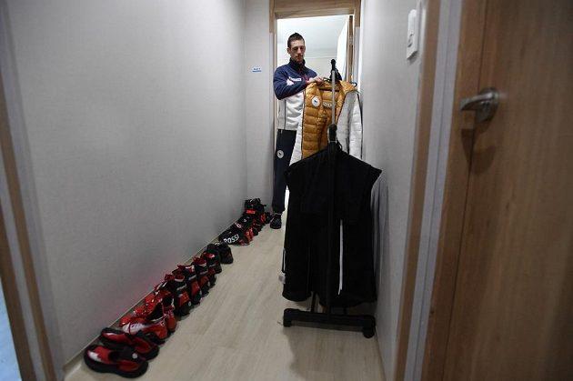 Běžec na lyžích Martin Jakš ukazuje společnou chodbu bytu v jednom z objektů v olympijské vesnici, kde jsou ubytováni čeští sportovci.