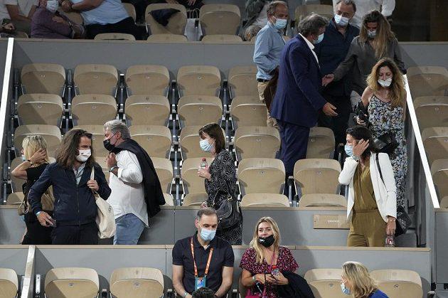 Diváci předčasně odcházejí ze zápasu Itala Mattea Berrettiniho se Srbem Novakem Djokovičem, aby dorželi zákaz vycházení kvůli pandemii koronaviru.