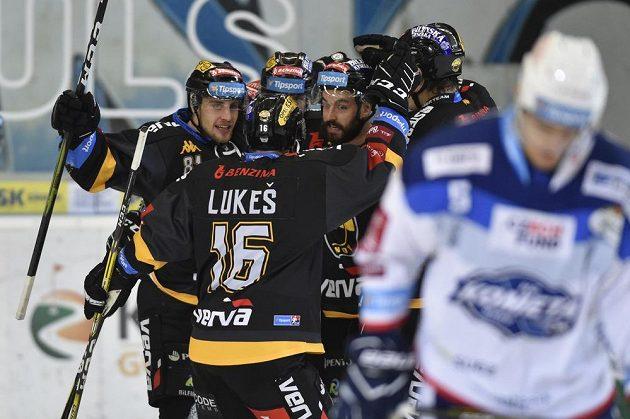 Lukáš Válek z Litvínova (vlevo) se raduje z gólu proti Kometě Brno.
