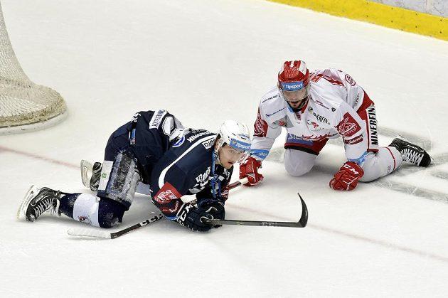 Miroslav Indrák z Plzně a Erik Hrňa z Třince v akci během semifinále hokejové extraligy.